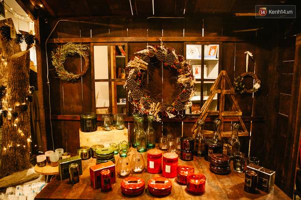 Căn nhà nhỏ bày biện những món hàng nội thất hoặc trang sức của quán.