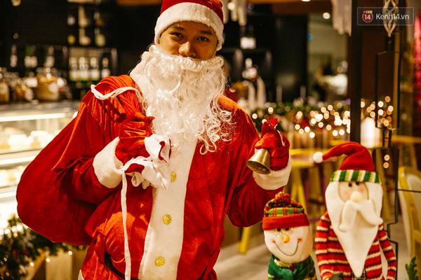 Độc nhất là có một ông già Noel chính hiệu loanh quanh trong quán.