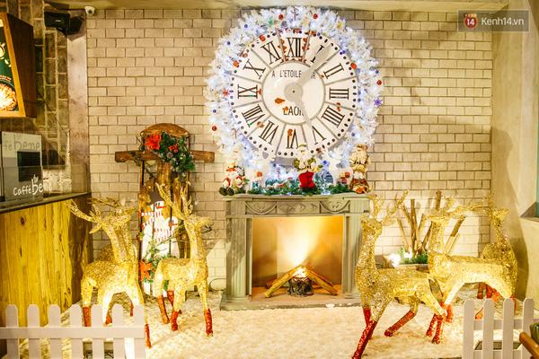 Lò sưởi tại nhà của ông già Noel với những chú tuần lộc ánh bạc.