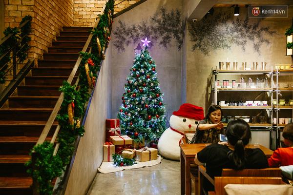 Từ góc tường, bậc thang đâu đâu cũng có không khí của mình Giáng Sinh.