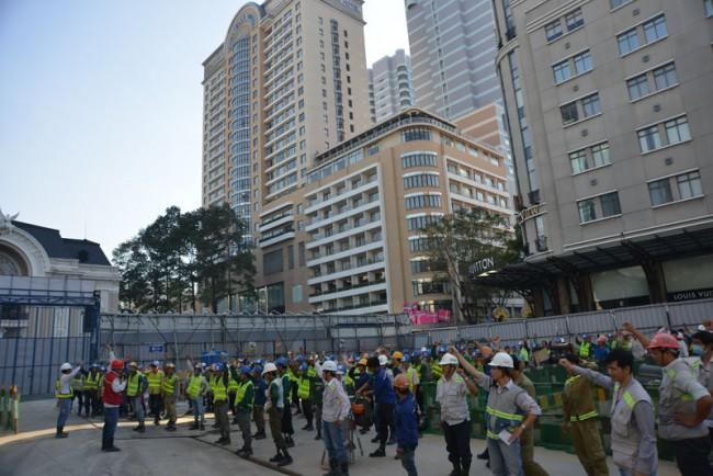 Trước khi bước vào ngày làm việc căng thẳng dưới lòng đất, công nhân tại công trình metro Nhà hát Thành phố đều phải tập thể dục để duy trì sức khỏe, đầu óc tỉnh táo...
