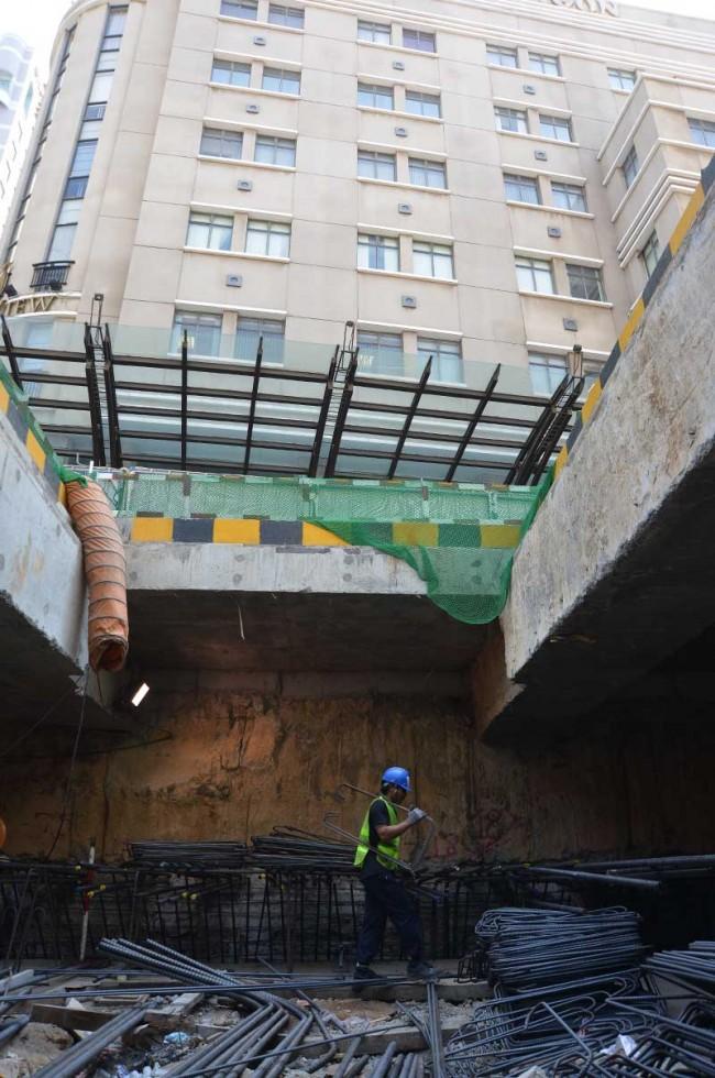 Bên trên là những cao ốc ở trung tâm TPHCM, phía dưới là cảnh công trường dưới lòng đất, đang được thi công hết sức khẩn trương