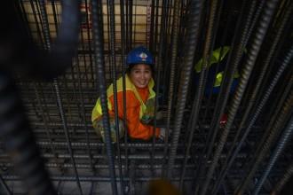 Chị Loan (34 tuổi, quê ở Long An) cho biết, chị làm việc từ ngày khởi công đến này được hơn 1 năm. Công việc vất vả, nhưng tự hào vì được góp phần xây dựng nhà ga metro ngầm đầu tiên ở TP.