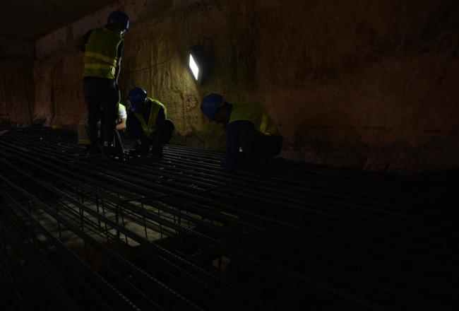 21 giờ đêm, các công nhân vẫn làm việc miệt mài dưới lòng đất