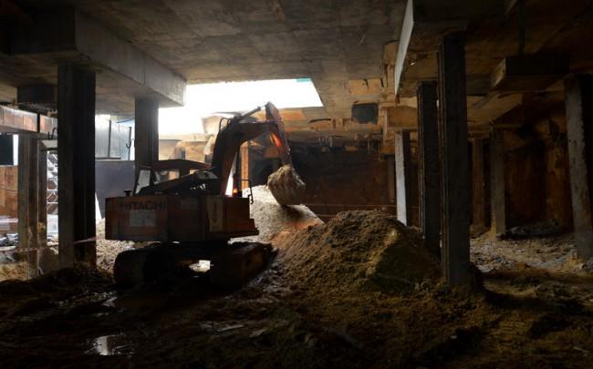 Đến đêm là thời điểm đào hầm, công nhân đào đất thi công sàn B2 chia ra thành nhiều tốp, một tốp ở vị trí dưới lòng đường Nguyễn Huệ, một tốp khác dưới lòng đường Pasteur, sau đó sẽ thông với nhau. Công việc đào đất diễn ra cả ngày lẫn đêm, mỗi ngày đào được hơn 500 m3.
