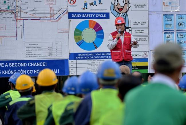 Anh Phùng - chỉ huy công trình phổ biến cho các công nhân về kỷ luật, an toàn lao động tại công trường