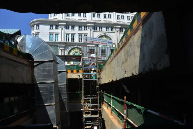 Các công nhân phải chui xuống lòng đất, ở độ sâu 20 mét để làm việc