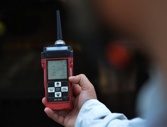 Do thi công dưới lòng đất nên cán bộ Ban An toàn (thuộc BQL DA) phải liên tục dùng máy phát hiện khí độc CH4, CO2, H2S, đo hàm lượng oxy; trường hợp thiếu hụt sẽ bổ sung, xử lý kịp thời.