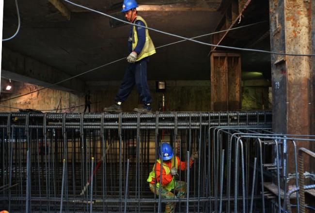 Các công nhân làm ở trong các khuôn sắt dày đặc