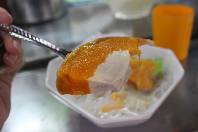 Hàng chè này có 7 loại chè là chè hột me, bí đỏ, thốt nốt... Điểm chung là nguyên liệu được nhập hàng tuần từ Campuchia, nấu bằng đường thốt nốt và đều được ăn cùng sầu riêng, nước cốt dừa, sữa đặc, đá bào..