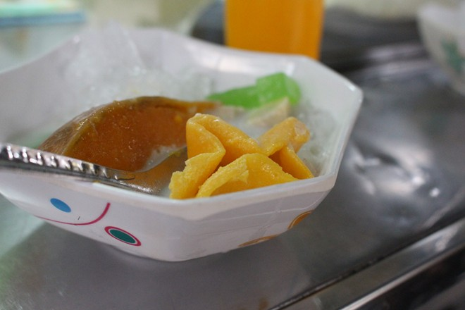 Trong các món chè, lạ nhất là chè bí chưng (tiếng Campuchia gọi là num-à-pơi). Trái bí đỏ được khoét ruột, thêm hỗn hợp gồm sữa bột, sữa đặc, nước cốt dừa, lòng đỏ trứng đã đánh đều, hấp cách thủy.