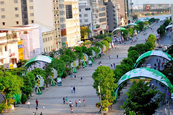 Phố đi bộ Nguyễn Huệ được trang trí đèn mái vòm ở hai bên.
