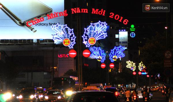 Chào mừng năm mới 2016 tại đầu đường Nguyễn Văn Trỗi hướng về quận 1.