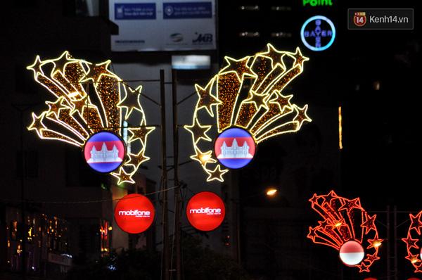 Đèn hoa trang trí 10 ngôi sao tượng trưng cho 10 nước trong cộng đồng ASEAN.