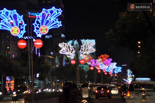 Đường Nguyễn Văn Trỗi nối dài với đường Nam Kì Khởi Nghĩa đều rợp màu sắc của ánh đèn trang trí.