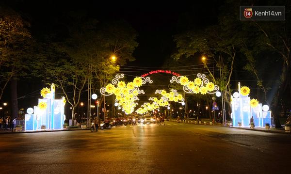 Đường Lê Duẩn được trang trí đèn hoa gần 3km từ Thảo Cầm Viên đi đến Dinh Độc Lập.
