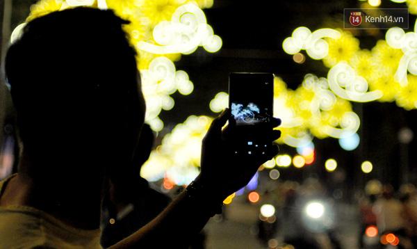 Người Sài Gòn lưu lại những khoảnh khắc đẹp qua điện thoại.