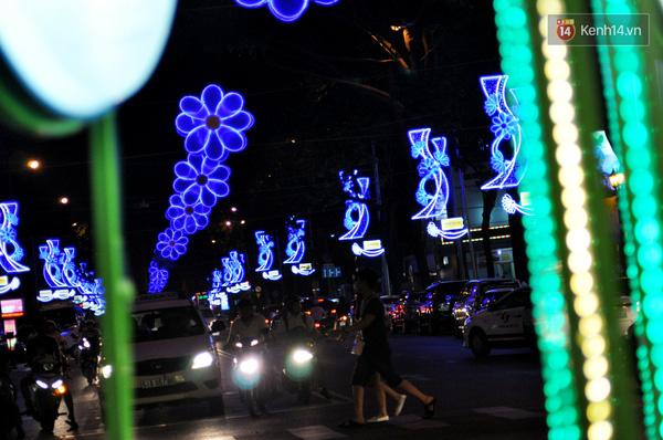 Người dân thích thú dạo bước trên con đường lung linh ánh đèn trang trí chào đón năm mới.