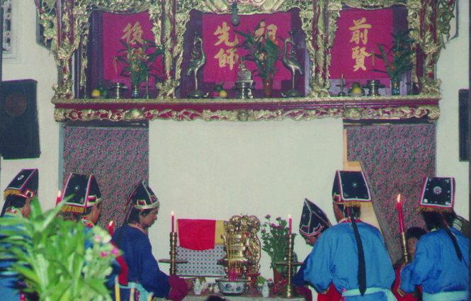 Lễ cúng ở hậu sở đình Nhơn Hòa tưởng nhớ tiền nhân, trên bàn thờ là bài vị Cậu Hai Miên - Ảnh: Hồ Tường