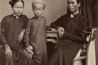Cậu Hai Miên thuở nhỏ cùng cha mẹ và người hầu (phía sau) - Ảnh tư liệu