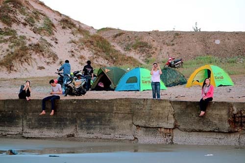 Biển Long Hải thuộc huyện Long Điền, Bà Rịa Vũng Tàu, cách Sài Gòn khoảng 90 km. Đây là một trong những địa điểm du lịch gần Sài Gòn mà nhiều người rất thích đến vào những dịp rảnh rỗi. Bạn có thể đi ôtô hoặc xe máy để đến Long Hải.