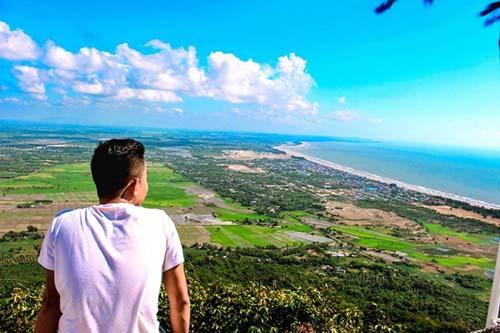 Đến Long Hải, thử thách dành cho những bạn thích leo núi là chinh phục đỉnh Châu Long. Từ trên đỉnh, bạn có thể phóng tầm nhìn bao quát cả Vũng Tàu.