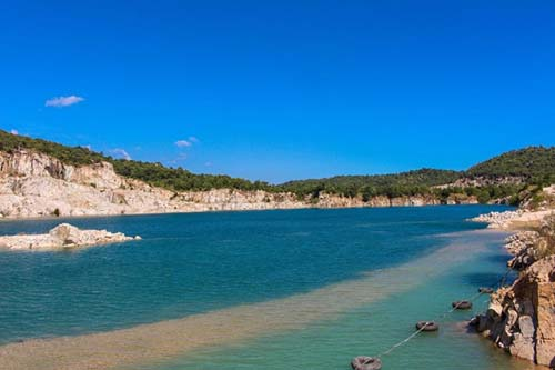 Chạy xe từ hướng Sài Gòn về Vũng Tàu, bạn sẽ gặp một con đường dẫn vào hồ khai thác đá. Bạn có thể tìm địa điểm này trên GPS. Ở đây có 2 hồ, một hồ đang khai thác làm nơi chụp ảnh cưới, hồ còn lại vẫn nguyên vẹn