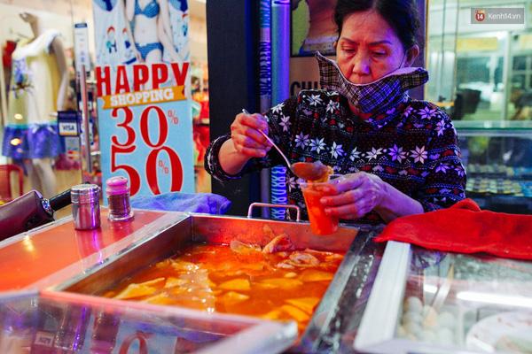 Món bánh gạo cay siêu nổi tiếng vào những ngày giá rét của Hàn Quốc giờ cũng thành món ăn cực kỳ hấp dẫn vào những ngày mưa của Sài Gòn.