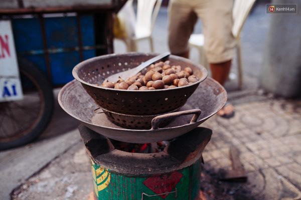 Những hạt dẻ vừa được rang nóng hổi trên bếp lò.