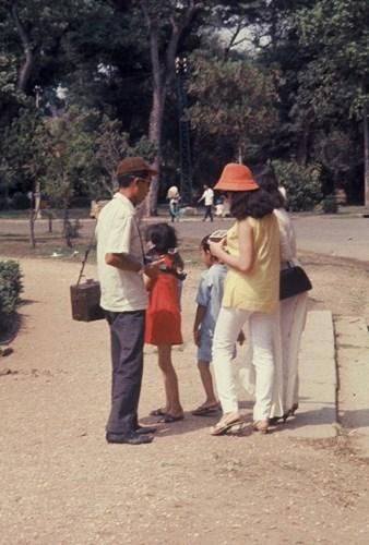 Một gia đình tham quan Thảo Cầm Viên.