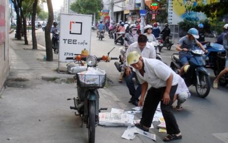 Một chuyện nhỏ xíu: va quẹt nhỏ trên đường Nguyễn Trọng Tuyển lúc 7g10 sáng 25-12, báo của một người bán báo văng vãi trên đường. Ngay lập tức, nhiều người trên đường, trong đó có cả những y sĩ ở một cơ sở y tế gần đó xúm vô lượm báo giùm người bán báo - Ảnh: M.C
