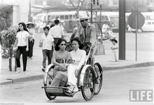 Xích lô vốn là phương tiện phổ biến ở Sài Gòn thập niên 40 - (Nguồn ảnh: LIFE)