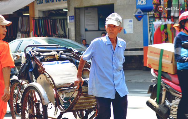 Ông Trung Văn Lai nhọc nhằn kéo xích lô về vỉa hè quen thuộc để chờ khách.