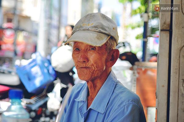 Gương mặt khắc khổ theo năm tháng với nghề xích lô của người lao phu già.