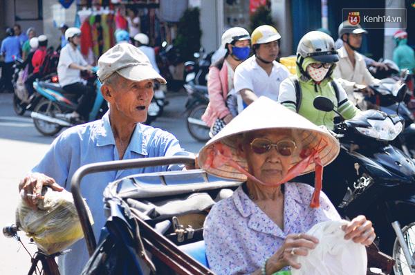 Ông Lai đang chở khách dưới cái nắng khá gắt ở Sài Gòn của tháng cuối năm.