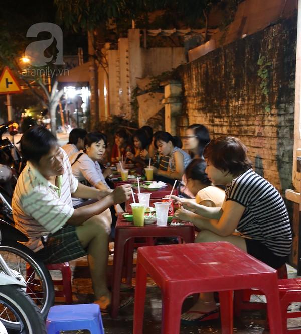 Quán đông nên khách ngồi cả trong nhà lẫn vỉa hè.