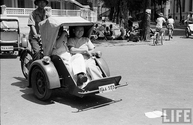 """Lên Sài Gòn, đi xích lô máy thời những năm 1960-1970 là """"oai"""" lắm - Ảnh: LIFE"""