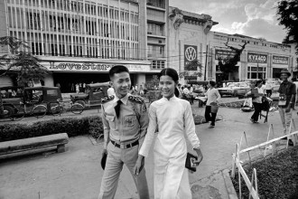 Một sinh viên trường Sĩ quan Không Quân dạo chơi với bạn gái khi được nghỉ phép cuối tuần ở đường Nguyễn Huệ, Sài Gòn năm 1972.