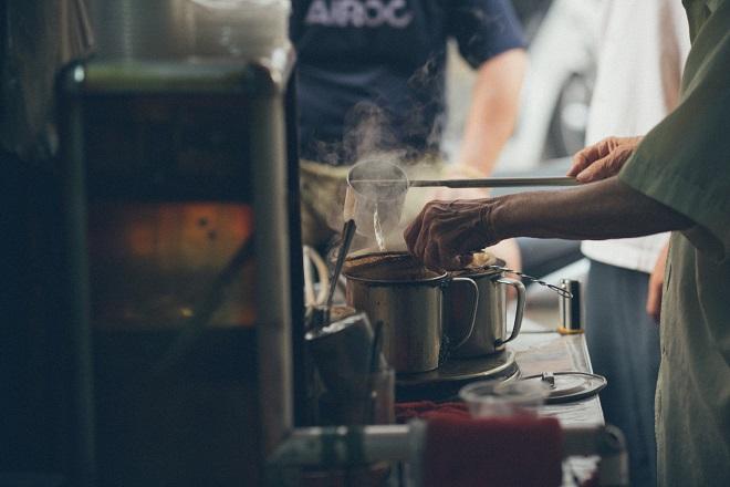 Theo nhà thơ Đỗ Trung Quân, trước đây Người Pháp mang cà phê đến Việt Nam. Song gười Sài Gòn đã biến tấu thứ thức uống này bằng cách thêm một ít sữa đặc, tạo nên ly cà phê sữa đá đậm đà, hài hòa đắng - ngọt.
