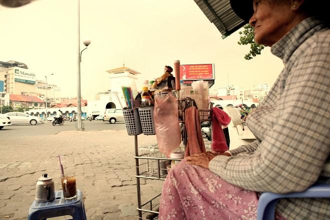 Mấy chục năm bán cà phê ở vỉa hè, bà cụ cho biết phố xá có nhiều thay đổi nhưng hương vị cà phê vẫn chẳng khác ngày xưa, hòa quyện đắng - ngọt như cuộc đời mỗi con người.