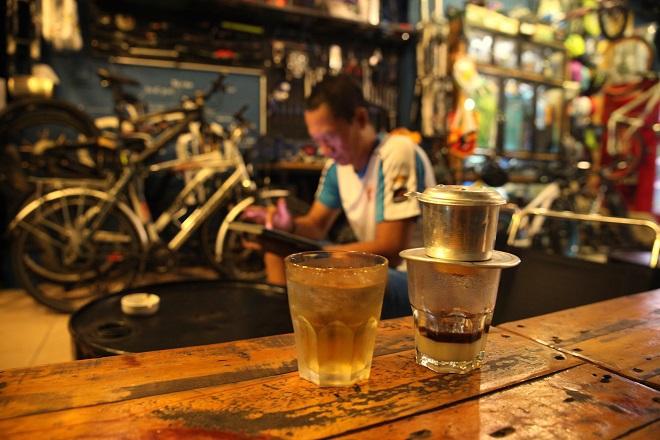 Theo dòng lịch sử, ly cà phê sữa đá dần trở thành bản sắc văn hóa của Sài Gòn.