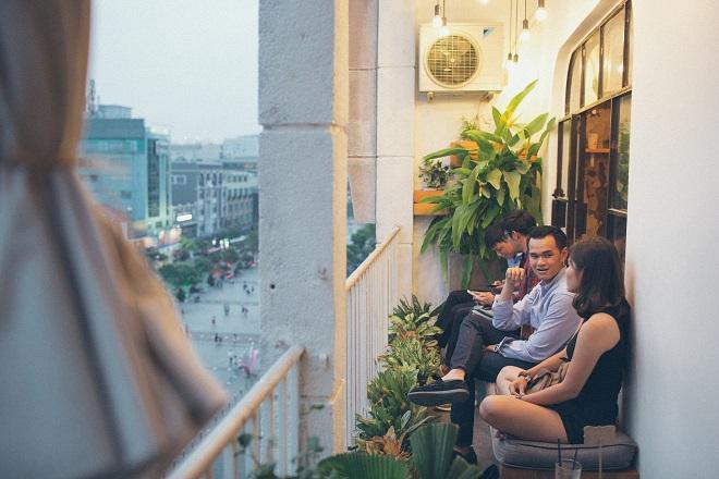 Khi bóng chiều nhá nhem, các bạn trẻ thích ngồi ở những ban công chung cư cũ, vừa nhâm nhi tách cà phê, vừa hàn huyên tâm sự chuyện đời, chuyện mình.