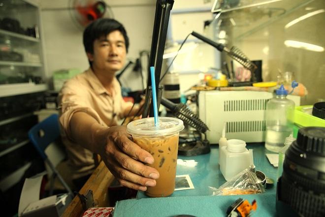 Sau những giờ làm việc mệt mỏi, nhấp một ngụm cà phê sẽ thấy người sảng khoái, tỉnh táo hẳn.