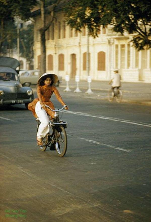 Cô gái Sài Gòn trên chiếc xe đạp cũ.