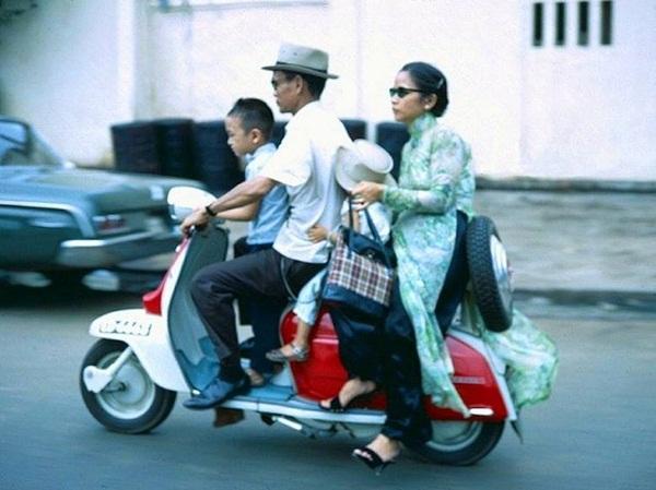 Những chiếc Vespa là phương tiện di chuyển chủ yếu của nhiều người Sài Gòn xưa.