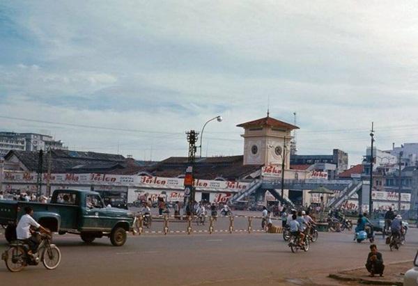 Ở Hà Nội có chợ Đồng Xuân, Huế có chợ Đông Ba thì Sài Gòn nổi tiếng với Chợ Bến Thành.