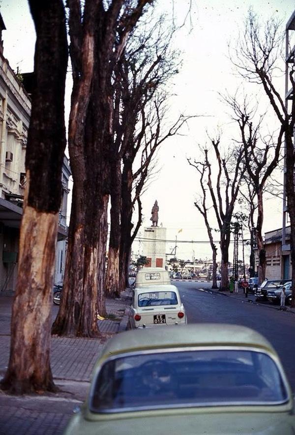 Góc đường gần vòng xoay công trường Mê Linh với tượng Trần Hưng Đạo.
