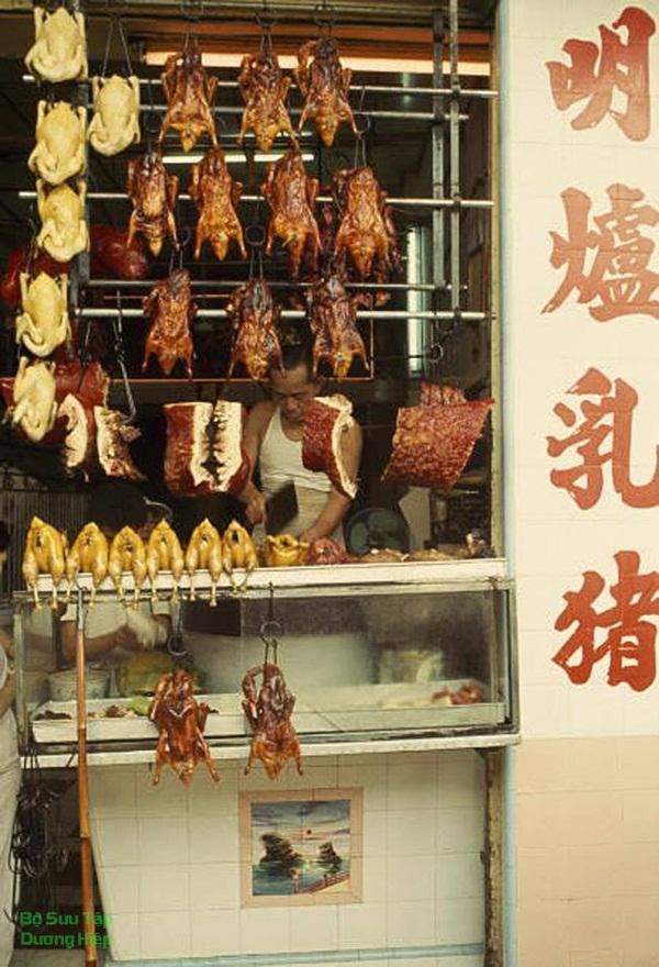 Một tiệm bán gà quay, vịt quay, heo quay tại Sài Gòn năm 1965. Mấy cụ gà cụ vịt trong hình cùng niên đại với mấy cụ mới được phát hiện còn để trong kho tới tận bây giờ ở bên Trung Quốc.