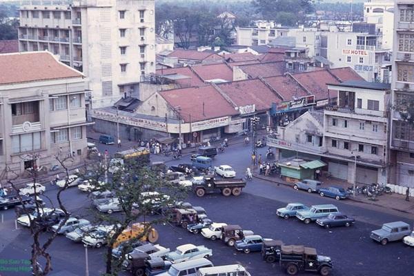 Rất nhiều oto ở trung tâm Sài Gòn.