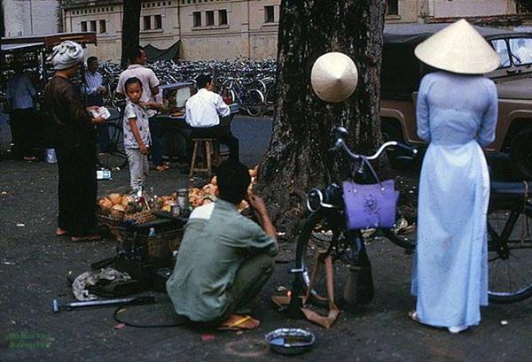 """Những hàng quán ven đường đã là một """"đặc sản"""" của Sài Gòn hoa lệ."""